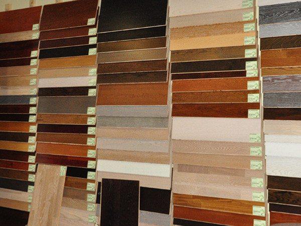 Фото магазинной витрины с различными образцами ламинатной доски