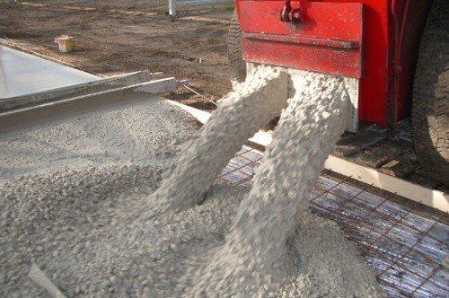 Фото механической заливки бетона.
