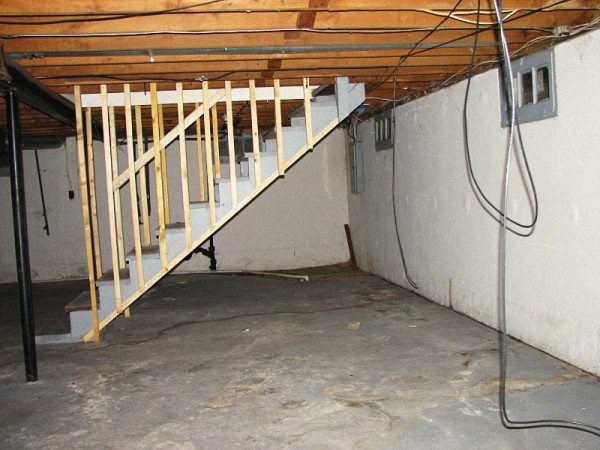 Фото подвальной комнаты с лестницей