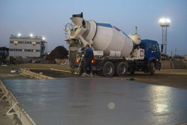 Фото заливки бетона из миксера.