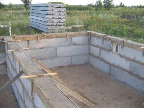 Фундамент с армированным бетонным поясом.