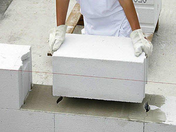 Газобетонный блок и клей– стадия укладки