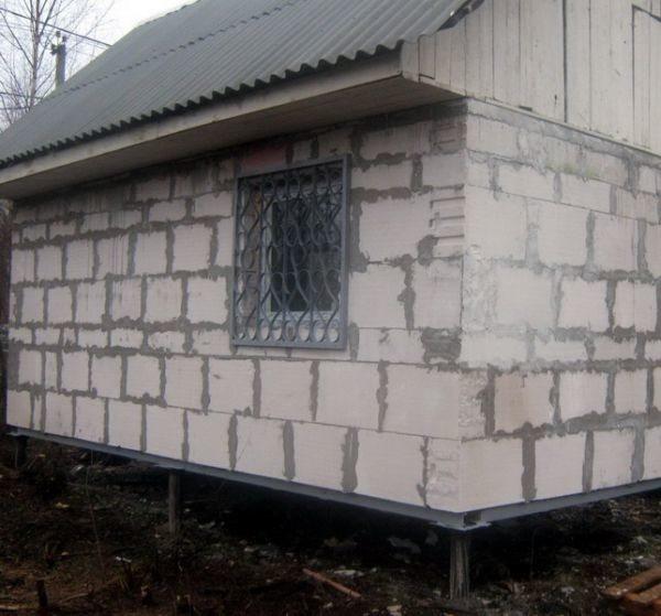 Газобетонный дом на недорогом столбчатом фундаменте