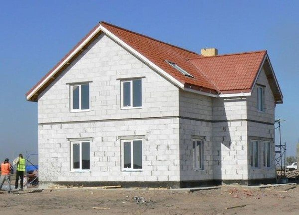 Готовое строение даже при качественной кладке стоит дополнительно защитить от воздействия влаги