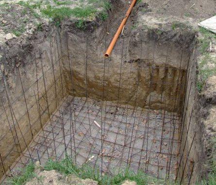 Готовый котлован и траншея для канализационной трубы.