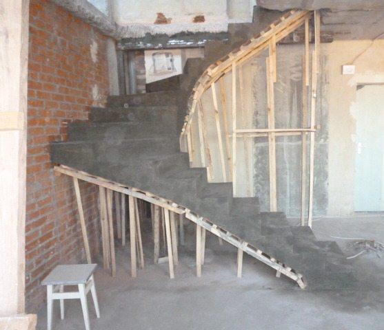 Готовый результат, после того как опалубка для лестницы из бетона снята