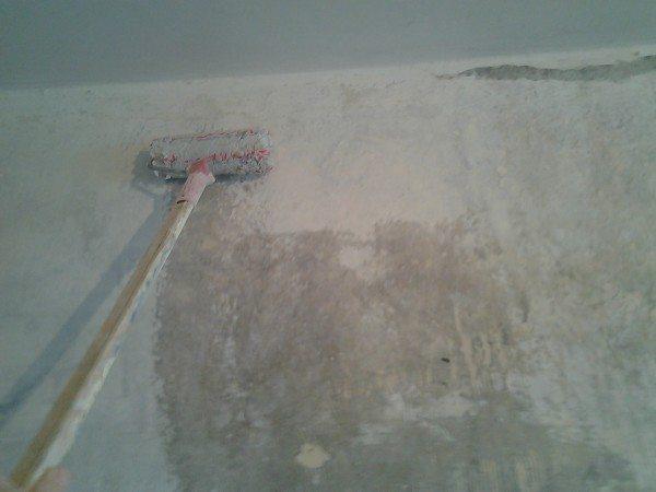 Грунтование бетонной стены