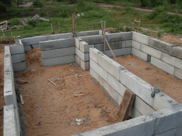 Использование блоков для изготовления основания зданий значительно ускоряет срок монтажа