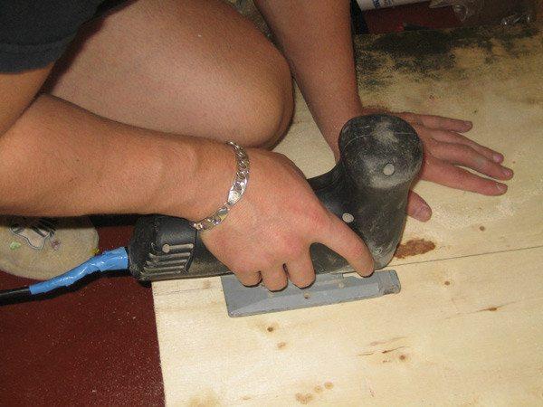 Использование электролобзика для разрезания листа фанеры