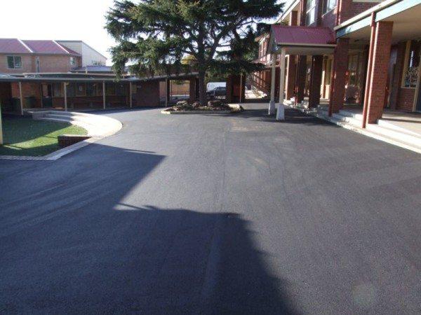 Использование подобного покрытия во дворах жилых домов или комплексов различного назначения
