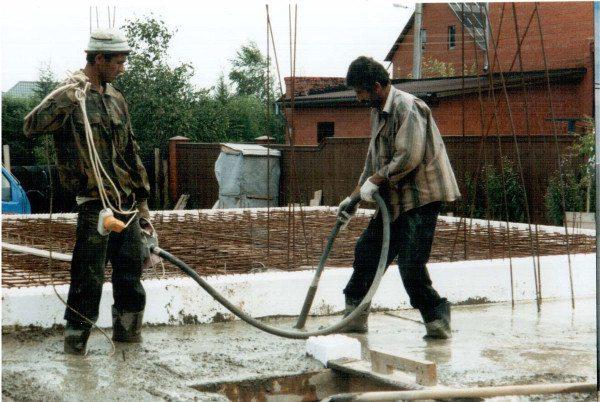 Использование погружного вибратора при укладке бетона