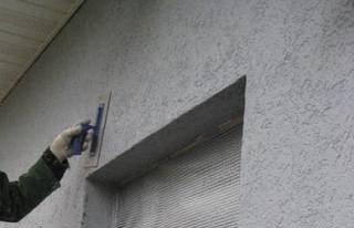 Использование штукатурных смесей или шпаклевки для отделки фасада здания