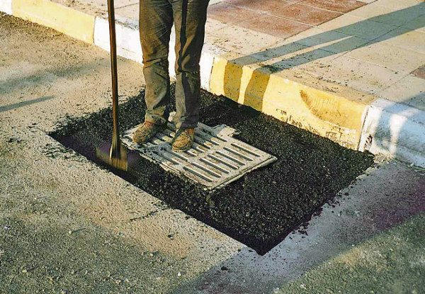 Использование таких составов для произведения мелкого ремонта или заделки щелей на дороге