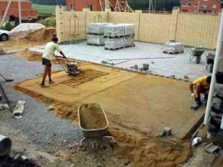 Использование виброплиты при постройке здания
