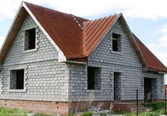 Используя правильный подход при монтаже, из таких блоков может получиться строение, имеющее неплохой внешний вид даже без отделки