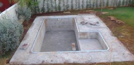 Из бетона можно создать бассейны абсолютно любого размера и формы, что является несомненным достоинством