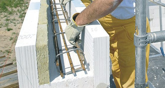 Изготовление армирующего пояса с использованием специальных блоков из газобетона, где предполагается общая связь и дополнительное утепление