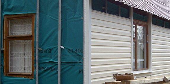 Изготовление обрешетки и установка пароизоляции на одной стене дома