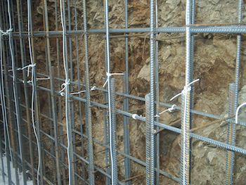 Качественный и правильный армокаркас (на фото) – еще один показатель, от которого напрямую зависит прочность бетонного изделия