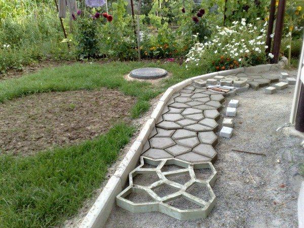 Как можно изготовить самому тротуарную плитку из бетона