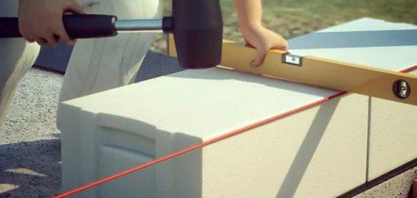 Как правильно класть газобетон, используя измерительный инструмент