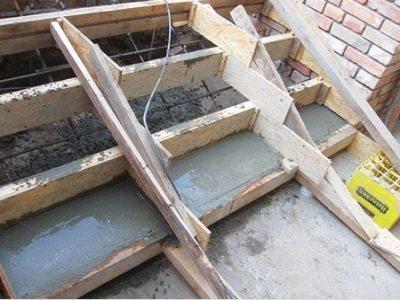 Как происходит заливка бетонной лестницы