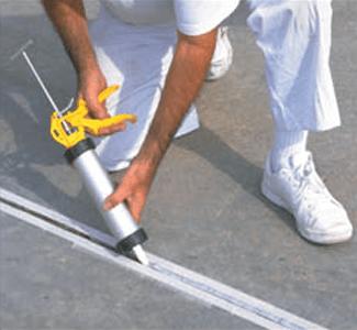 Как заделать трещины в бетонном полу эластичным герметиком