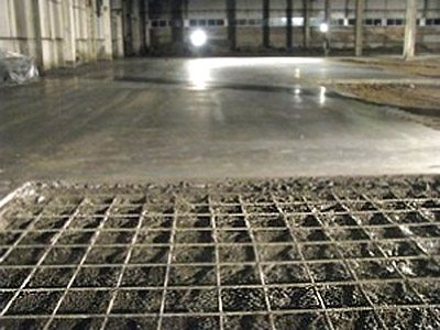 Каркас из стали внутри бетонного пола