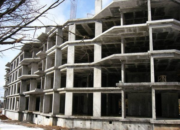 Каркасно-монолитное домостроение предъявляет особенно высокие требования к прочности.