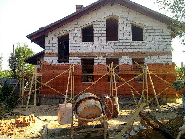 Кирпич – наиболее прочный и надежный способ защиты.
