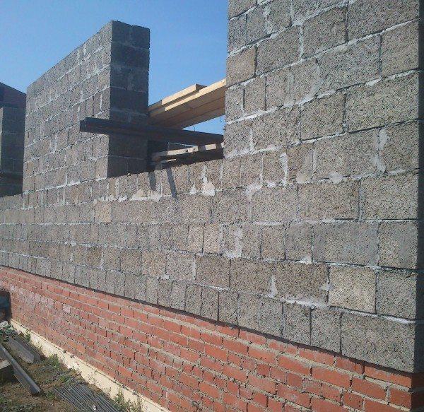 Кладка из цементно-целлюлозных блоков