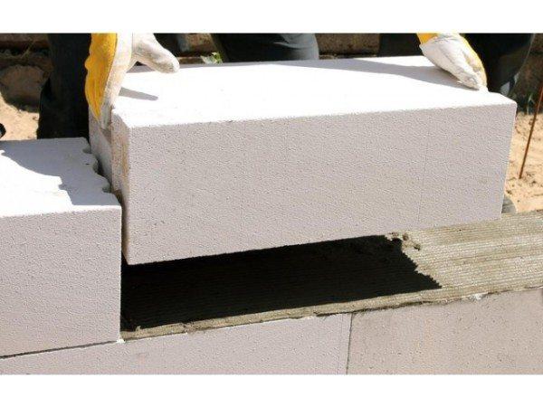 Кладка стен из газобетона с использованием специального клея.