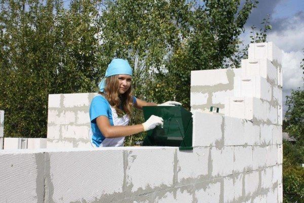 Кладка стен может выполняться своими руками.