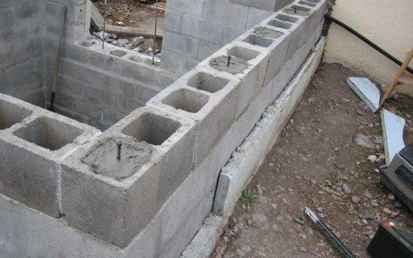 Кладка внешней стены из пустотела, который должен обеспечить нормальную теплоизоляцию