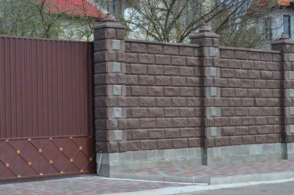 Колпаки на столбы забора из бетона можно красить фасадными красками