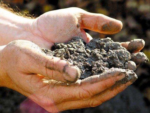 Консистенция тощего бетона напоминает мокрую землю.