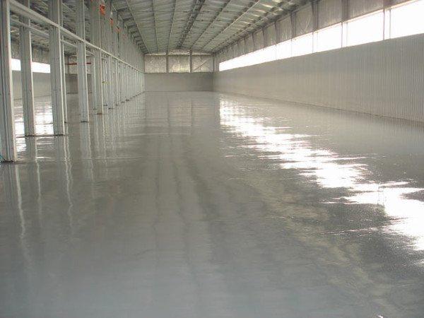 Крашеный бетонный пол в складском помещении.