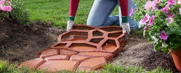 Красивая дорожка в саду после окраски бетона