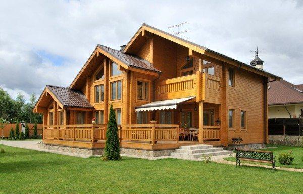 Красота домов из деревянных материалов говорит мама за себя и указывает на статус и отменный вкус хозяев