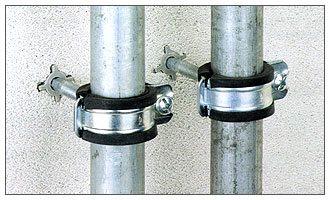 Крепление труб к газобетону при помощи специальных дюбелей.