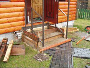 Крыльцо к деревянному дому.