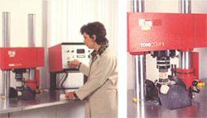 Лаборанты постоянно контролируют качество смеси.