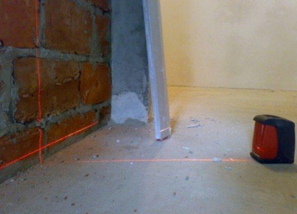 Лазерный уровень для нанесения линии высоты будущего цементного пола