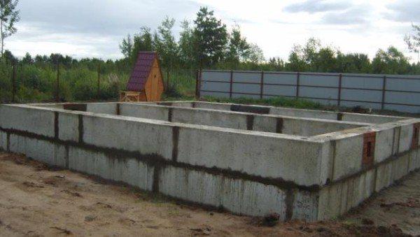 Ленточный фундамент из ЖБ блоков