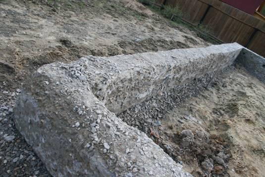 Ленточный фундамент, который был залит в сильный мороз.