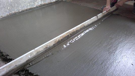 Лишний бетон срезается правилом