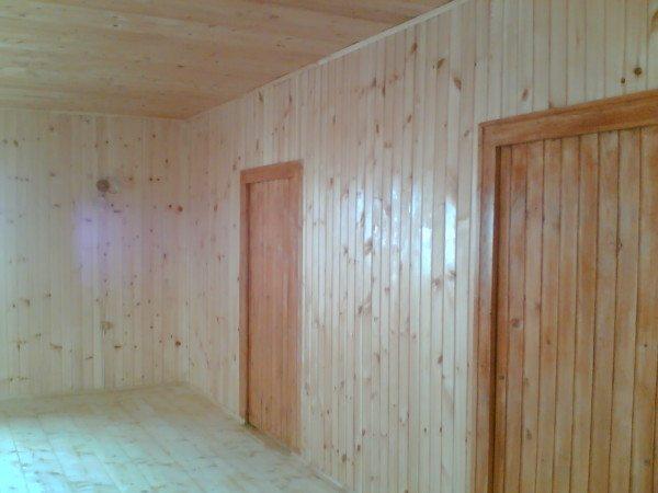 Лучше всего внутри помещения смотрится деревянная вагонка, но при желании можно использовать панели из ламината