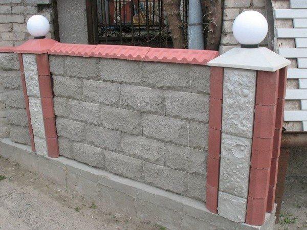 Лучше выбирать крышки с отверстиями под стандартные фонари, алмазное бурение отверстий в бетоне – занятие сложное и утомительное