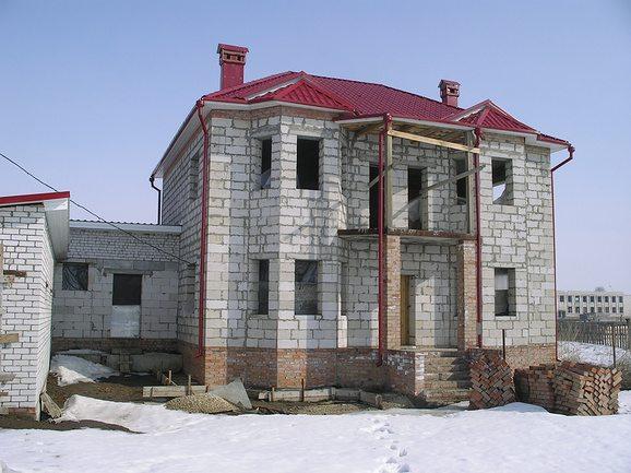 Любительское фото готового двухэтажного дома из данного материала