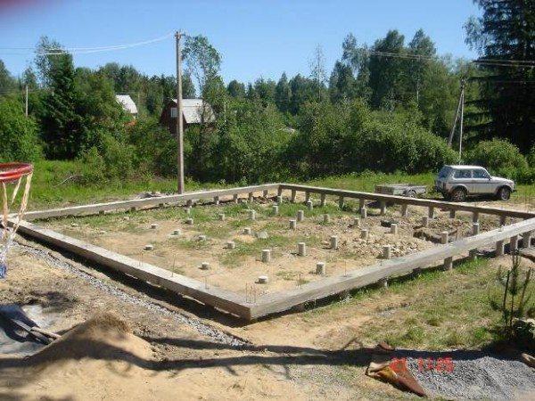 Любительское фото готового ростверка в виде ленты на фундаменте из бетонных свай